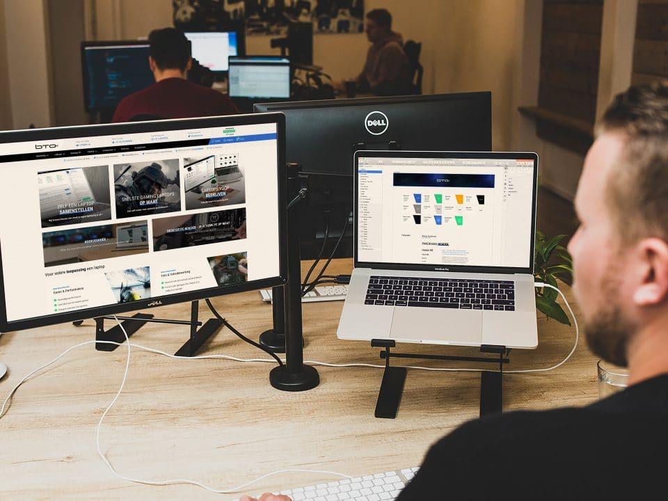Designer aan het werk voor BTO aan de corporate website